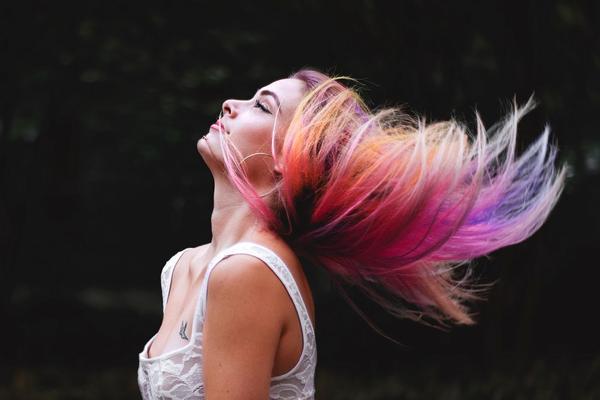 Taglio + piega + colpi di luce colorati