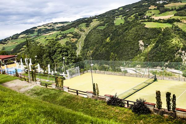 Relax in piscina con campo da tennis!